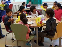 18Bio-Brotbox Bremen_Kinder am Tisch_2016.jpg